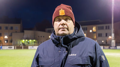 Johan Lönnqvist står vid Bollplanens konstgräs i Borgå.