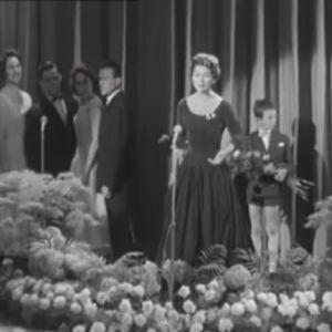 Lys Assia framför sitt vinnarbidrag i den första Eurovisionstävlingen.