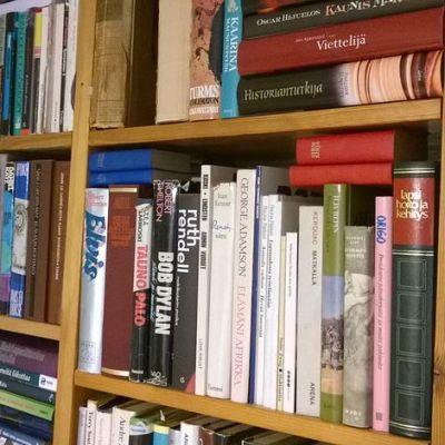 Kuvassa osa kirjahyllyä, erilaisia kirjoja