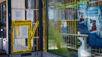 Söndriga och avspärrade fönster vid ett apotek