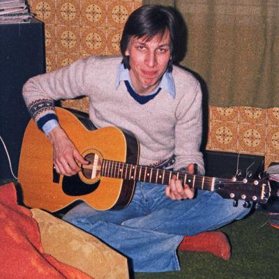 En ung Kjell Ekholm med en Texas Landola gitarr