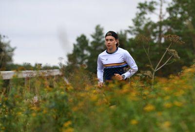 Alexander Ståhlberg löptränar längs skidspåret Vörå.