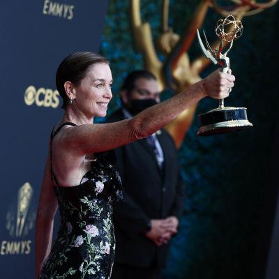 Julianne Nicholson håller ut sin arm och visar upp sin Emmystatyett.
