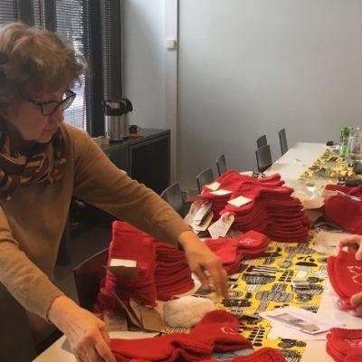 Punaisia villasukkia ja kaksi Marttayhdistyksen naista.