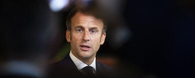 Frankrikes president Emmanuel Macron talar. Han tittar framåt och ser besviken ut.