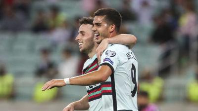 Diogo Jota och André Silva firar ett av Portugals mål.