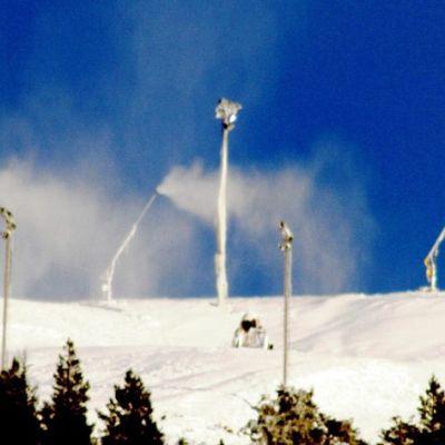Lumitykit tekevät lunta Levin rinteille.