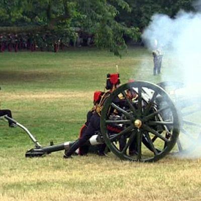 Sotilaat ampuvat tykillä