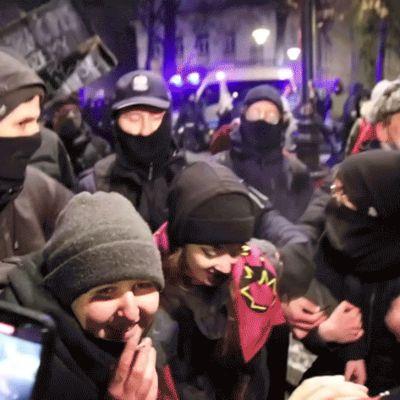 mielenosoittajia gif-kuvassa