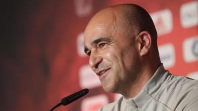 Roberto Martinez talar på presskonferens.