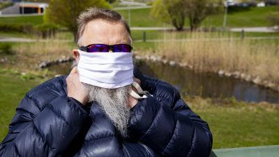 Ali Harlin testar ett ansiktsskydd.