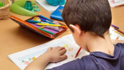 Pojke gör uppgifter i skolan