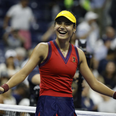 Emma Raducanu jublar efter semifinalen i US Open.