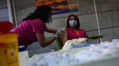 En kvinna blir vaccinerad mot corona