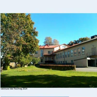 Text och bilder av ett 50-talshus i Lojo centrum, en gammal kexfabrik, rappat gult hus med rött tak.
