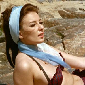 Miss Suomi 1961 Ritva Wächter ottaa aurinkoa saaressa elokuvassa Lauantaileikit (1963)