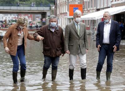 Den belgiska kung Philippe och drottning Matilde besökte också katastrofområdet. Här går de omkring på översvämmade gator i höga stövlar.
