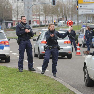Poliser i Kehl i Tyskland den 8 januari 2015 kontrollerar bilar som kommer från Frankrike dagen efter attacken mot Charlie Hebdo.