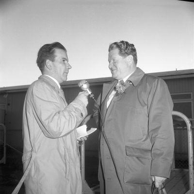 Olympiaselostajien lähtö Seutulan lentokentältä 20.10.1956 klo 7.50. Juhani Haapalainen ja Pekka Tiilikainen.