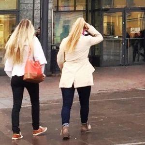 Flickor utanför Kampencentret i Helsingfors.