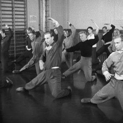 Miehet harjoittelevat voimisteluesitystä