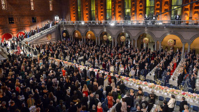Folk bänkar sig för Nobelbanketten på Stockholms stadshus den 10 december 2015.