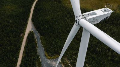 Tuulivoimala lähikuvassa.
