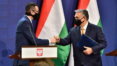 Puolan ja Unkarin pääministerit tekevät nyrkkitervehdyksen