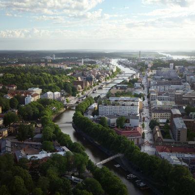 Visioner för Åbo centrum. En flygbild på Aura å.