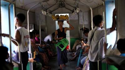 En fruktförsäljare i ett tåg i Burma.