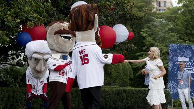 Maskotar under självständighetsdagen skakar hand med USA:s första dam, doktor Jill Biden.