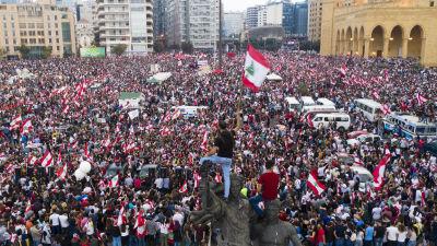 Såhär såg det ut utanför Muhammad al-Amin-moskén i centrum av Beirut tidigt på söndag kväll.