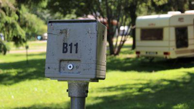 Husvagnsstolpe på ett campingområde.