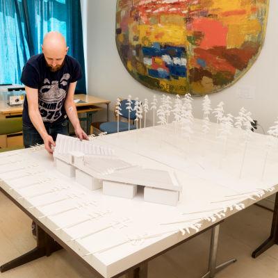 Petri Horttana bygger modell över området där Okänd soldat ska spelas i Harpaskog.