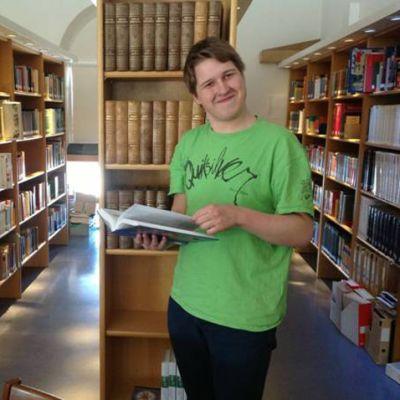 Calle Koskela trivs bland böcker