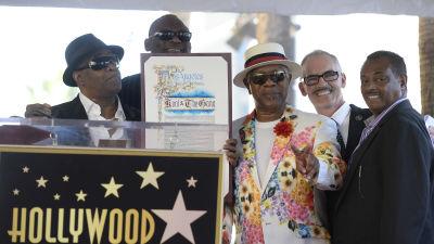 Kool & the Gang poserar vid Hollywood Walk of Fame.