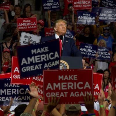 Presidentti Trump kampanjatilaisuudessa Tulsassa