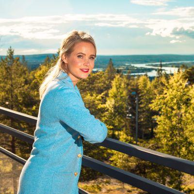 Sara Seppänen, taustalla metsää
