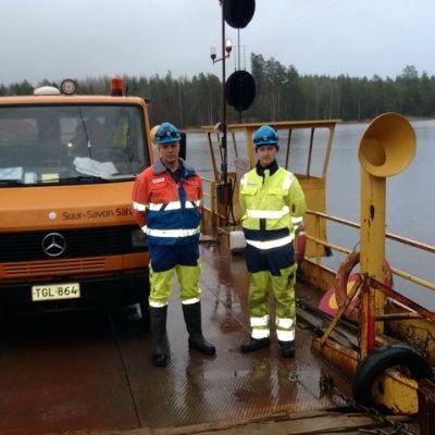Sähköasentajat Jari Silvennoinen ja Sami Hagman matkalla Kongonsaareen korjaamaan Eino-myrskyn tuhoja.