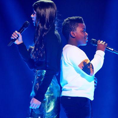 """Vinnarna i MGP 2019 Valter & Asta står med ryggarna mot varandra och sjunger sin MGP-låt """"Jag klarar mig själv""""."""