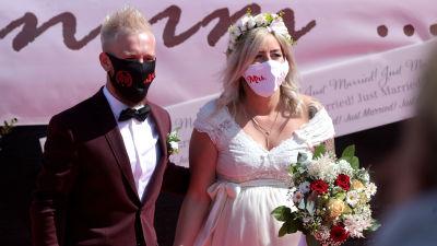 Janine och Philip Scholz vigdes vid i en bröllopsceremoni som hölls på en drive in-biograf i Düsseldorf på tisdagen.