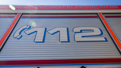 Numret 112 syns bak på en brandbil.