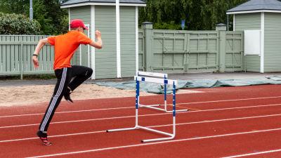 Linus Henriksson hoppar häck