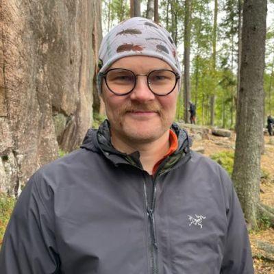 Johannes Kärkkäinen seisoo metsässä