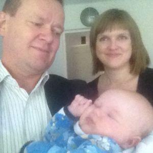Sisu Andersson (2 kk) toimittaja Matti Toivosen sylissä, äiti Susan Louhema