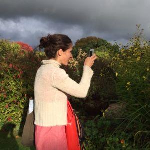 Malin Kivelä i trädgården på Monk's House