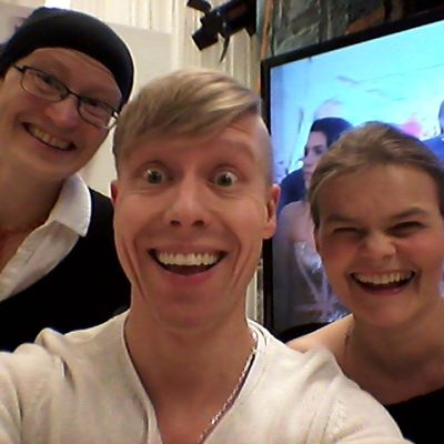 Johanna Grönqvist, Niklas Aldén och Silja Sahlgren-Fodstad ser på Oscarsgalan.