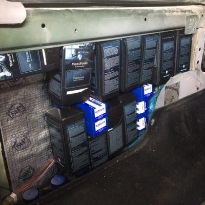 Krut- och skjutvapenpatronförpackningar som var gömda i ståkonstruktionerna i en bil. Upptäcktes av Tullen i Västra hamnen i Helsingfors den 20 juni 2017.