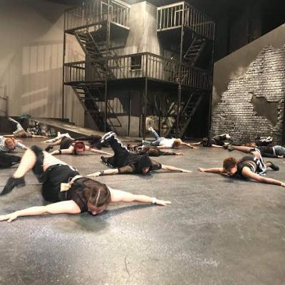 Näyttelijöitä makaa lavalla.