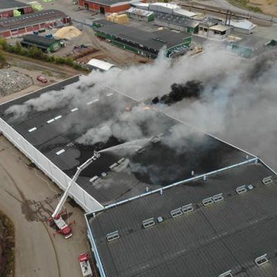 Palokunta sammuttaa satamahallin tulipaloa
